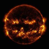 """Una fotografia astronomica del """"Pumpkin Sun"""" il Sole che assomiglia ad una Zucca di Halloween"""