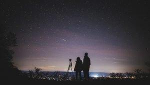 ragazzi guardano stelle