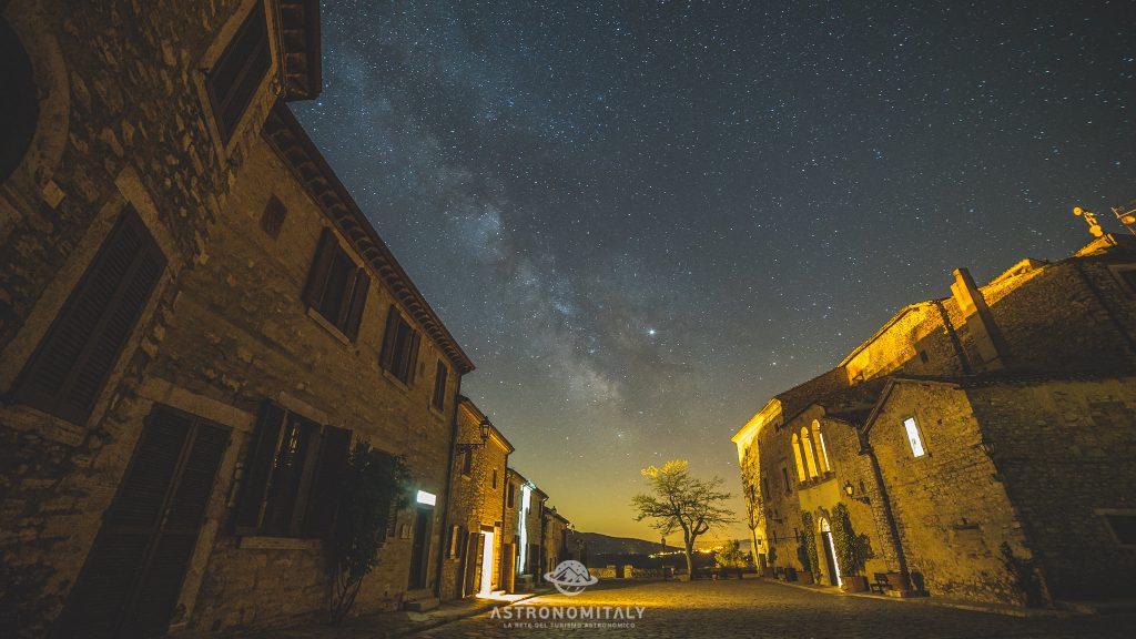 La spettacolare Via Lattea visibile dal Castello di Titignano - Cieli Più Belli D'Italia GOLD