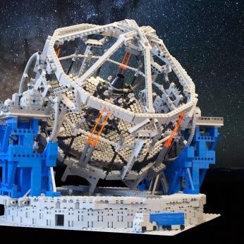 Foto in alta risoluzione del modello del telescopio E-ELT fatto di LEGO