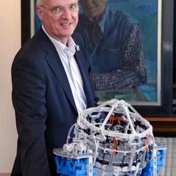 Il Direttore Generale dell'ESO Tim De Zeeuw durante la cerimonia di consegna del modello in LEGO dell'E-ELT