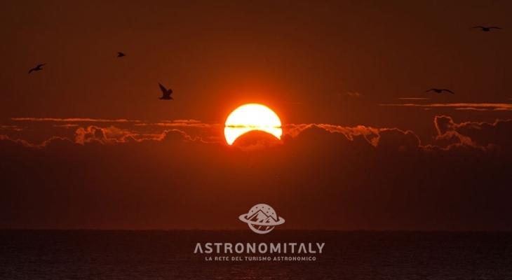 Lo spettacolo dell'eclisse incanta in cielo. Anche i Castelli con naso all'insù